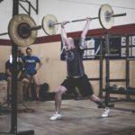 Uomo pratica sollevamento pesi